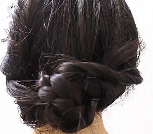 頭頂部から毛先にかけて、段が入らず一定の長さのボブ。スタリングしやすく、白髪やダメージヘアも目立たない髪型で人気ですが、結婚式のアレンジは地味になってしまい